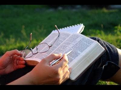 14 buenas razones para leer la Biblia - Beliefnet.com